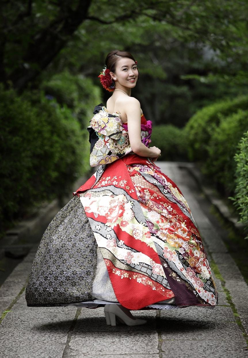 京都の街並みで豪華な振袖ドレスで前撮り