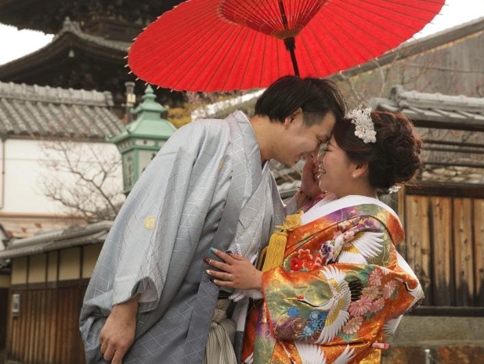 清水寺周辺で夫婦の記念写真撮影