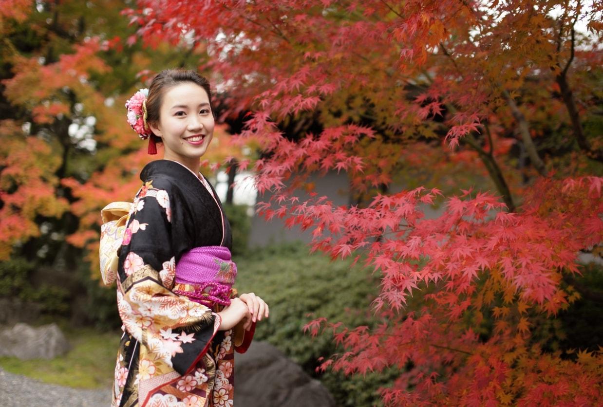 和華の京都写真館で紅葉をバックに撮影